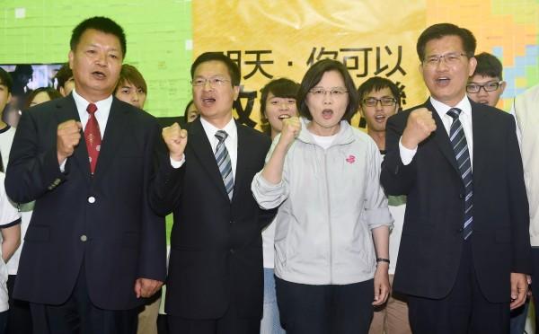 民進黨主席蔡英文(右二)陪同台中市長候選人林佳龍(右一)、彰化縣長候選人魏明谷(左二)、南投縣長候選人李文忠(左一)召開聯合記者會,呼籲選民出來投票,翻轉中台灣。(記者廖振輝攝)
