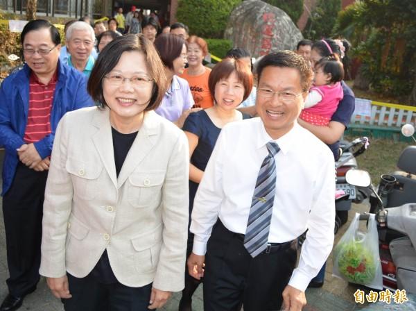 民進黨主席蔡英文今天一早陪同彰化縣長候選人魏明谷前往員林國小投票。(記者湯世名攝)