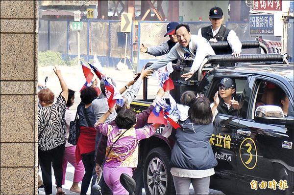 朱立倫在中和掃街,不少民眾揮舞國旗、爭相上前握手。(記者林郁姍攝)