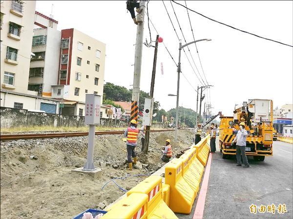 氣爆重建區內公車候車亭及站牌施作併入人行道工程。(記者楊菁菁攝)