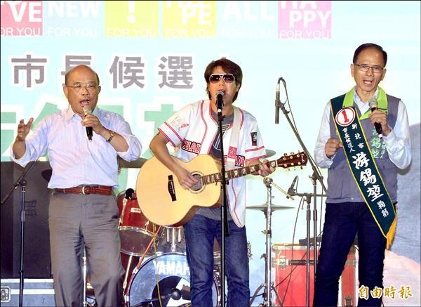 民進黨新北市長候選人游錫堃(右)昨在板橋站前廣場舉行「新北幸福音樂會」,前行政院長蘇貞昌(左)到場站台,並和董事長樂團一同合唱歌曲。(記者王藝菘攝)