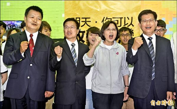 民進黨主席蔡英文(右二)28日陪同台中市長候選人林佳龍(右一)、彰化縣長候選人魏明谷(左二)、南投縣長候選人李文忠(左一)召開聯合記者會,呼籲選民出來投票,翻轉中台灣。(記者廖振輝攝)