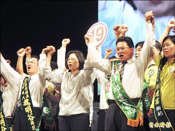 選前之夜,民進黨主席蔡英文(左二)到彰化市和彰化縣長候選人魏明谷(左一)喊出「我們要改變」勝選氣勢。(記者吳為恭攝)