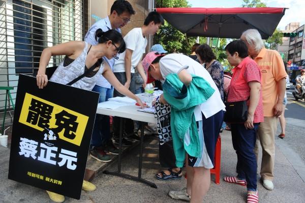 割闌尾團隊29日在九合一選舉投票同時,在北市內湖區及南港區各投開票所外,同步進行罷免立委蔡正元第二階段連署。(記者張嘉明攝)
