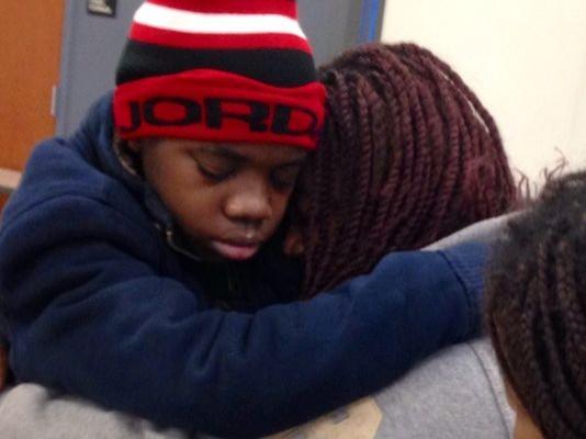 男童被父親軟禁在公寓的假牆後方,長達四年,直到日前男童意外獲得一支手機,才揭發這起軟禁案。(畫面擷取自《今日美國》)