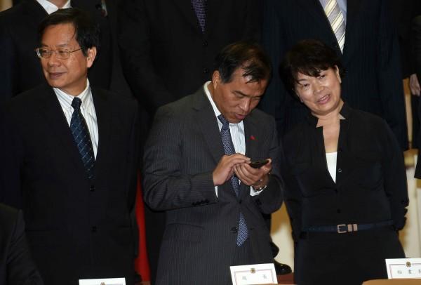 行政院內閣今天總辭,文化部長龍應台(右)發表辭官聲明,表明不會再回到內閣。(記者簡榮豐攝)
