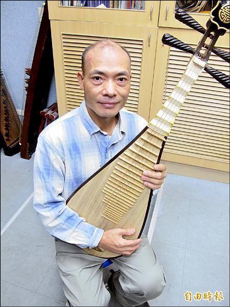東信國小巫興昌老師,推動傳統國樂30年來不遺餘力,獲頒「藝術教育貢獻獎」。(記者俞肇福攝)