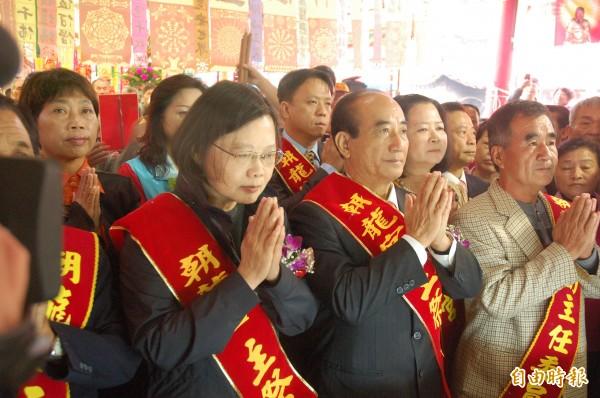 民進黨主席蔡英文(左一)與立法院長王金平(右二)雙手合十祈求台灣團結和諧。(記者林國賢攝)