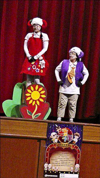 彩虹志工媽媽用戲劇呈現生命教育意義。(學校提供)