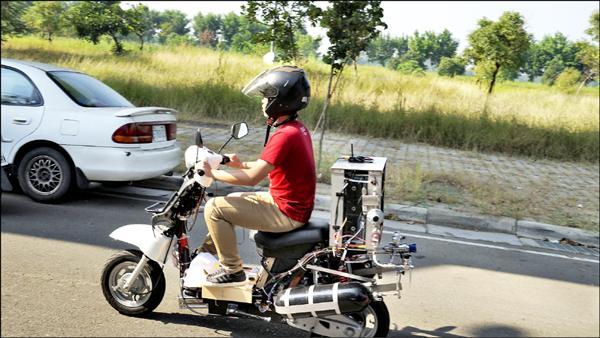 成大研究團隊改裝的新型電動機車,可達一百六十公里續航力。(成大提供)
