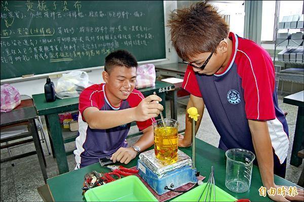 北港農工學生李浩宇(左)一心追求務農夢。(記者陳燦坤攝)