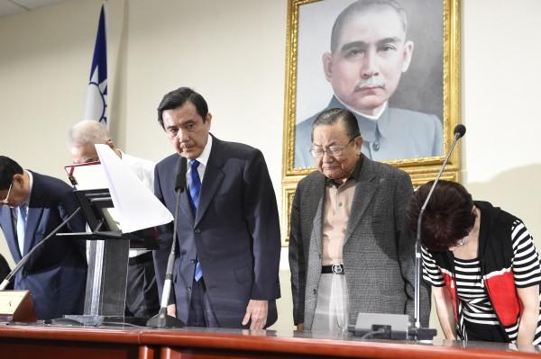 國民黨主席馬英九11月29日晚間在選舉結果出爐後,率黨務主管向黨員及支持者鞠躬致歉。(資料照,記者叢昌瑾攝)