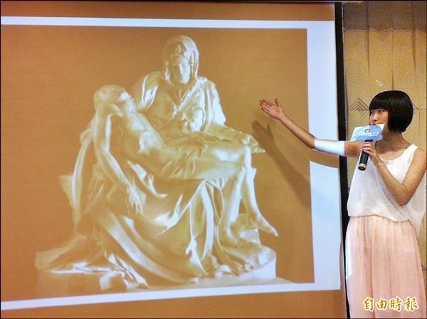 台中市大甲高中學生徐安億在記者會中流利地導覽米開朗基羅的作品「聖殤」。(記者林曉雲攝)