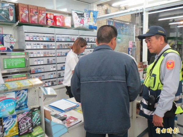 男子遇詐購買遊戲點數,警方與超商店員聯手攔阻。(記者陳賢義攝)