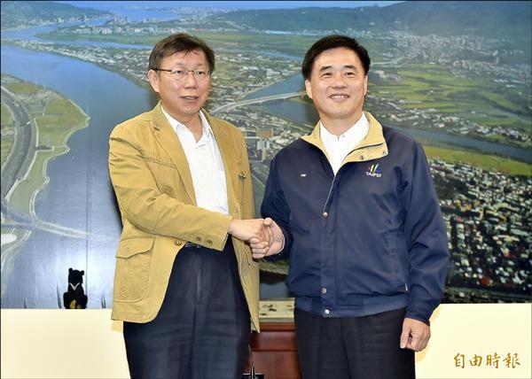 台北市長當選人柯文哲(左)昨拜會台北市長郝龍斌(右)洽談交接事宜,建立雙方溝通管道。(記者簡榮豐攝)