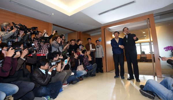 準台北市長柯文哲(左)下午拜會新北市長朱立倫(右),兩人就雙北市政合作進行討論。(記者羅沛德攝)