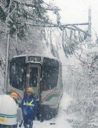 JR仙山線列車途遇斷電意外,造成300多名旅客受困長達8小時。(圖擷自《山陰中央新報》網站)