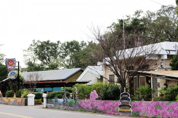 天元宮櫻花季,成派出所外牆彩繪素材。(記者謝君臨翻攝)