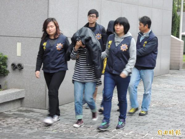 警方將張華欣、陳生彥夫妻檔送辦。(記者邱俊福攝)