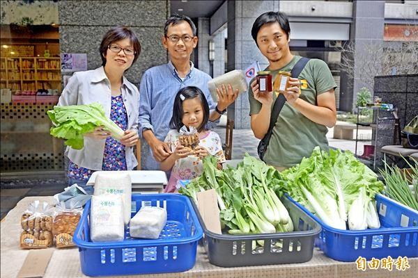 三峽「良心農友社」開辦小農市集,每周末固定在北大特區擺攤,販售無毒有機食材。(記者張安蕎攝)