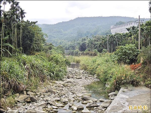 古坑山區乾旱嚴重,多條溪床乾枯,村民上演搶水大作戰。(記者黃淑莉攝)