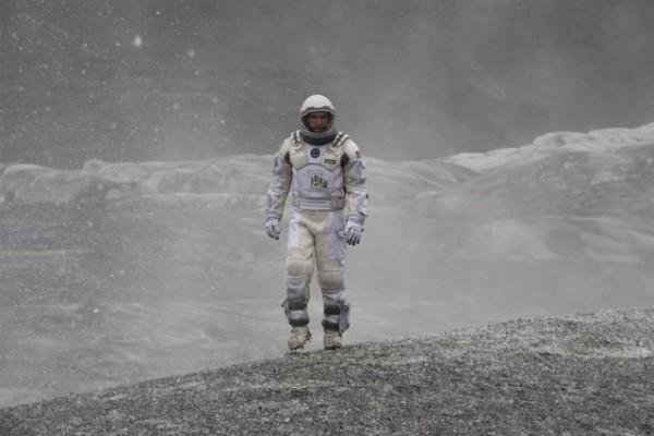 《星際效應》男主角遇到大海嘯,和哆啦A夢情節類似(華納提供)