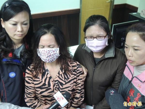 學童的阿嬤(左二)及媽媽(右二)出面泣訴孩子在校園被霸凌而不敢上學。(記者蔡文居攝)