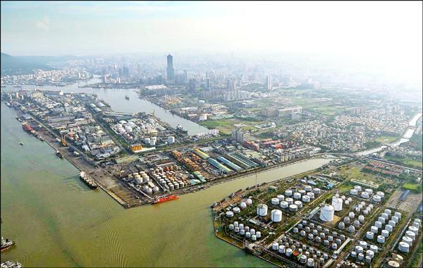 前鎮河兩側石化油槽密布,市府將透過都市計畫通盤檢討全數遷出。(圖:高市都發局提供)