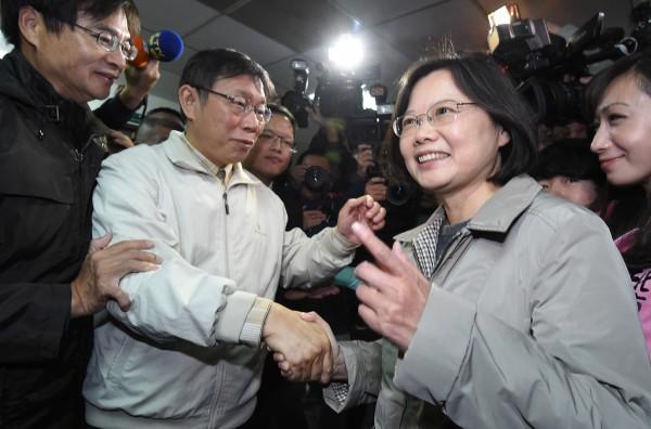 準台北市長柯文哲(左)首度與民進黨主席蔡英文(右)碰面,兩人握手致意。(記者劉信德攝)
