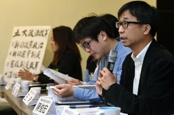 台灣守護民主平台理事陳俊宏(右一)今天舉行「九合一選舉後 台灣下階段的政治改革意志與藍圖」記者會,邀請多個公民團體代表就選後的政局提出公民團體建言。(記者王敏為攝)
