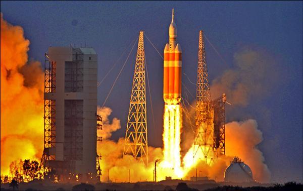 三角洲四號重型火箭5日搭載獵戶座太空船,從佛州卡納維爾角升空。(路透)
