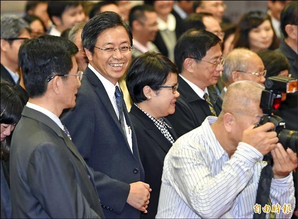 即將升任副閣揆的科技部長張善政(左二)昨日出席行政院惜別茶會,晚到的他走入政務委員行列,自己不禁笑了出來。(記者廖振輝攝)
