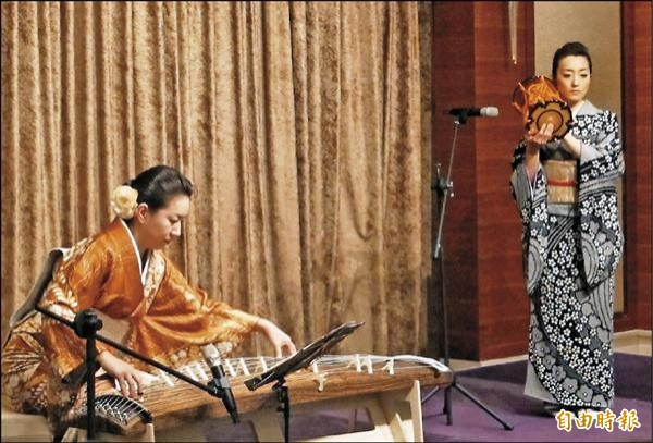 國際沛思文教基金會昨天在大倉久和飯店舉辦台日傳統音樂會,由日本演奏家榎戶二幸(左)和麻生花帆(右)分別演奏箏和小鼓。(記者謝佳君攝)
