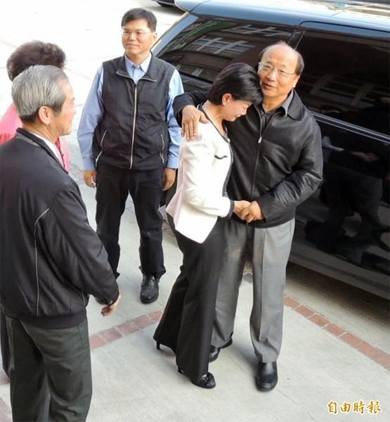 敗選的台中市長胡志強昨天到大甲舉辦感恩茶會,清水區長顏秋月見胡一下車,即上前擁抱並哭倒在胡的懷裡。(記者歐素美攝)