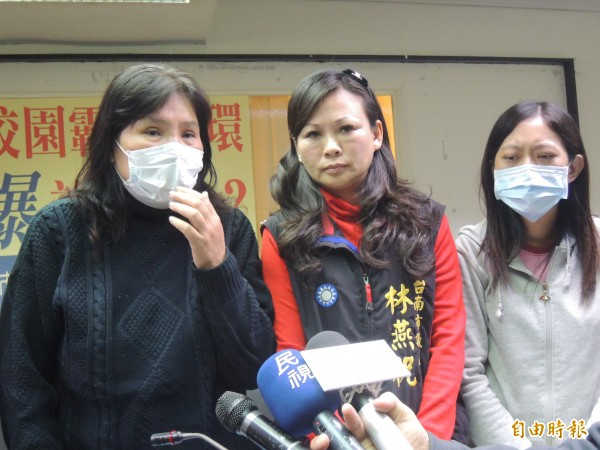 永康大橋國中吳姓同學的媽媽(左)與阿姨(右)由市議員林燕祝(中)陪同出面,指控校方處理霸凌事件不當。(記者蔡文居攝)