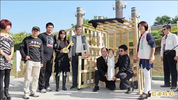 台灣人權文化協會昨天舉行世界人權日活動,並聲援阿扁,還安排一個監牢,眾人打開黑幕,象徵救出阿扁。(記者蘇金鳳攝)