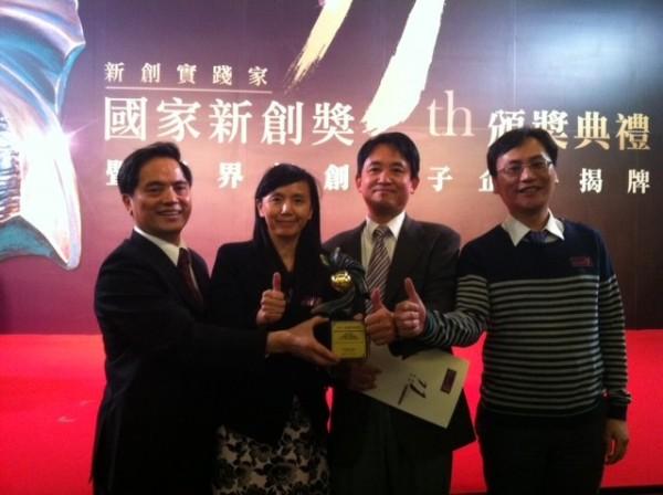 中國醫藥大學北港附設醫院院長林欣榮(左)率研究團隊研發出癌症標靶新藥,今北上領獎。(圖由中國醫藥大學北港附設醫院提供)