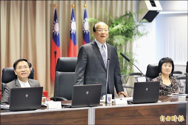 台中市長胡志強(中)昨天在市政會議呼籲團隊不要興起辭職風。(記者張菁雅攝)