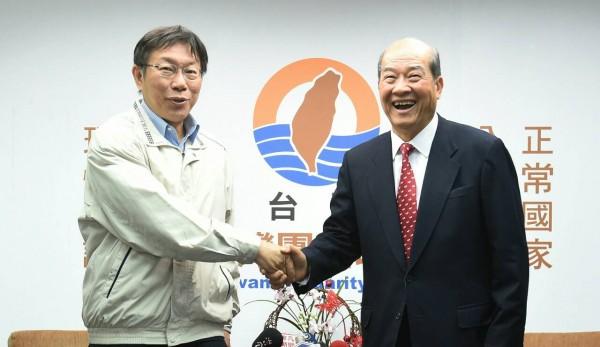 台北市長當選人柯文哲上午前往台聯黨中央拜會黨主席黃昆輝。(記者劉信德攝)