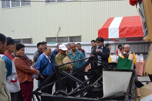 在薏苡(紅薏仁)栽培技術推廣觀摩會上,現場展示農作機械。(記者李忠憲翻攝)