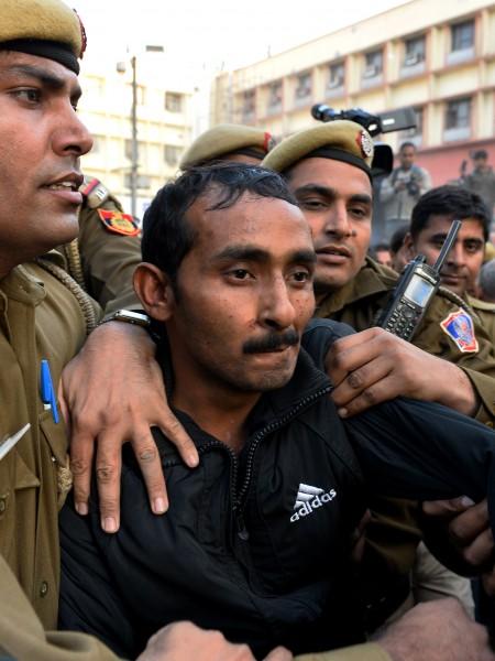 印度新德里有一名年輕女子透過手機App軟體「Uber」(優步)叫車,卻慘遭司機雅達夫(途中)性侵。(法新社)