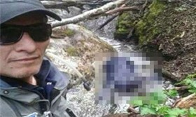 南韓一位男子客死異鄉,卻成為阿根廷一名救難隊員的「紀念照背景」。(圖片擷取自南韓《朝鮮日報》網站)