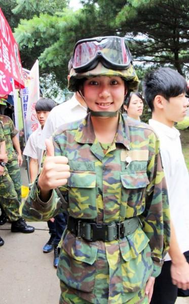 2015年陸軍募兵月曆的1月主角吳姿儀,有著甜美的長相與大眼睛。(圖片擷取自國防部發言人臉書)