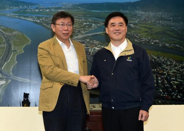 台北市長郝龍斌(圖右)決定把翡翠水庫的相關數據放上網路,協助柯文哲(圖左)團隊決策。(資料照,記者簡榮豐攝)