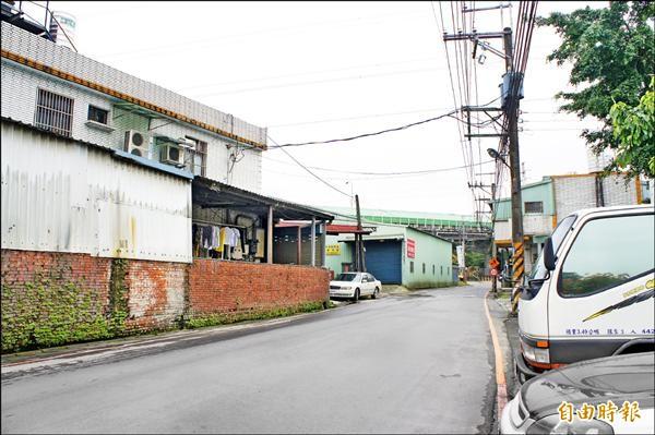 舊有中和彈藥庫營區現況有鐵皮違章工廠。(記者賴筱桐攝)