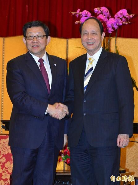 陳德銘(左)昨晚在台北圓山飯店與海基會董事長林中森(右)會面,兩人握手致意。(記者王藝菘攝)