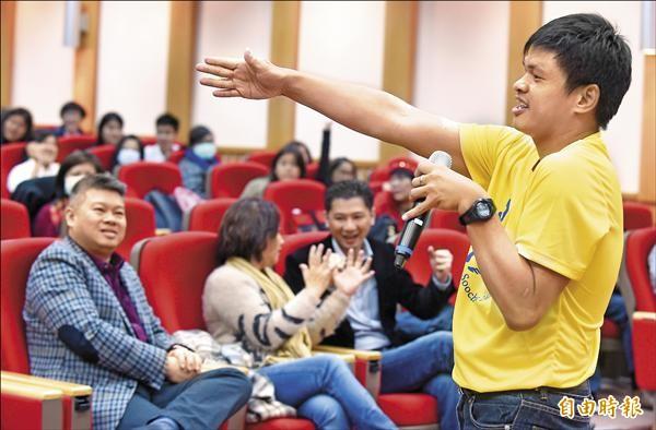 馬來西亞腦麻超馬選手曾志龍(右),昨前往台北商業大學演講,鼓勵大家勇敢追夢。(記者劉信德攝)
