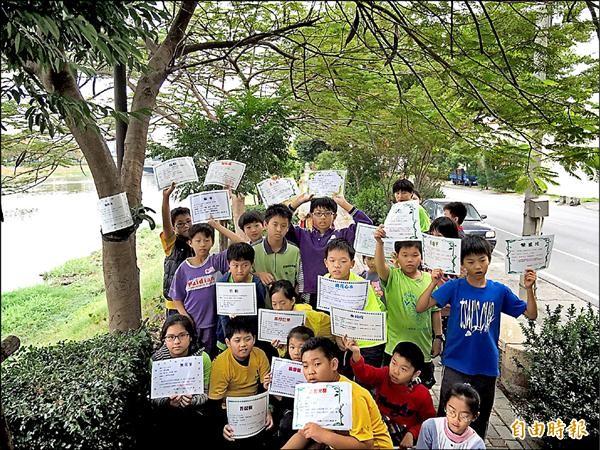 小台江調查山海圳綠道植物生態,並自製樹木解說牌。(記者蔡文居攝)