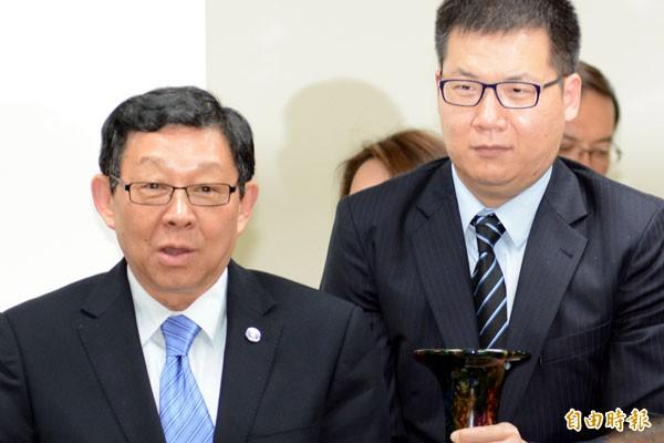 海協會長陳德銘(左)昨造訪花蓮時,獲贈玫瑰石製成的「天書」。(記者遊太郎攝)