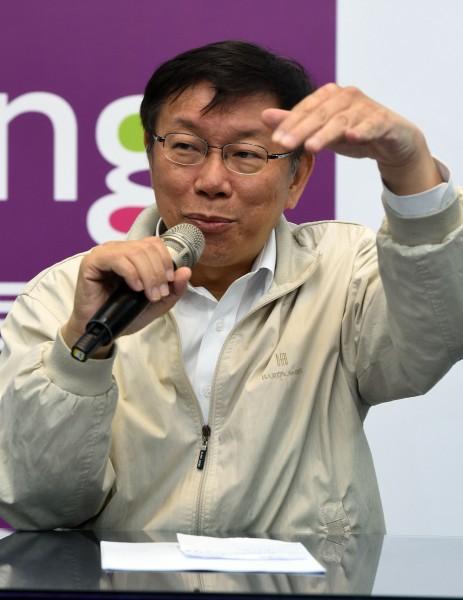 柯文哲曾提出台北超越新加坡的豪語,香港《亞洲周刊》總編輯邱立本也撰文發表看法。(記者王敏為攝)